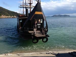 ・島に渡る船は海賊船のよう・・・???