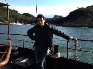 ・島に渡る船の上で。キメきめポーズ(笑)